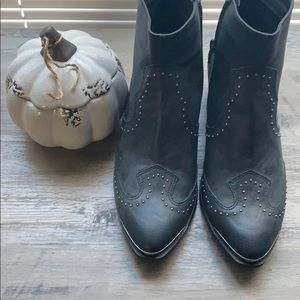 Universal Thread Shoes - Black western booties